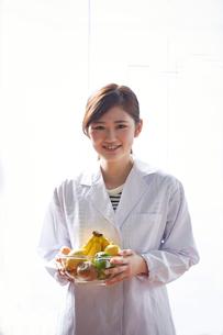 フルーツを持つ栄養士の写真素材 [FYI02057380]