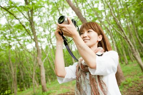 カメラを構える女性の写真素材 [FYI02057388]