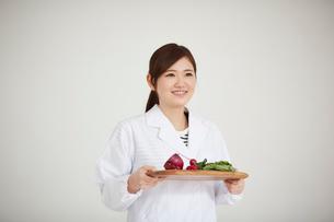 野菜を持つ栄養士の写真素材 [FYI02057399]