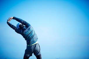 ストレッチをするミドル男性の写真素材 [FYI02057400]