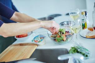 サラダを作るミドル女性の手の写真素材 [FYI02057416]