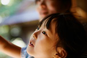見上げる女の子と母親の写真素材 [FYI02057420]