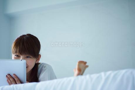 タブレットPCを操作する女性の写真素材 [FYI02057423]