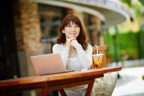 オープンカフェで仕事をする女性の写真素材 [FYI02057433]