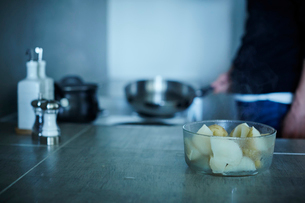 料理をするミドル男性の写真素材 [FYI02057440]