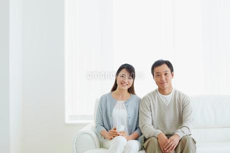 ソファに座るカップルの写真素材 [FYI02057441]