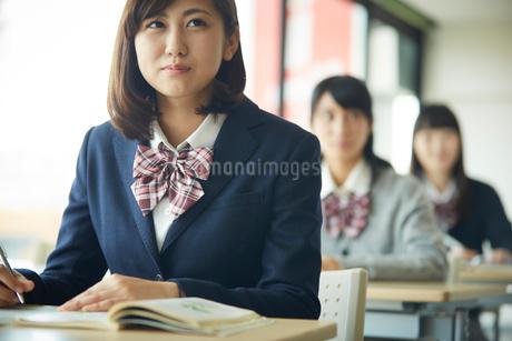 授業中の女子学生の写真素材 [FYI02057448]
