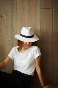 帽子を被った女性の写真素材 [FYI02057454]