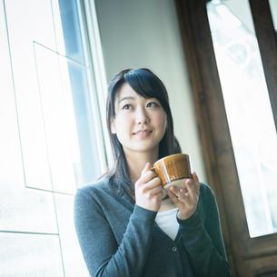 コーヒーカップを持つ女性の写真素材 [FYI02057479]