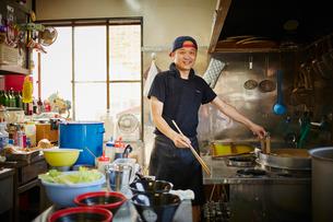 厨房に立つラーメン屋の店員の写真素材 [FYI02057480]
