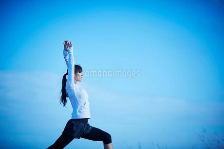 ヨガをするミドル女性の写真素材 [FYI02057485]