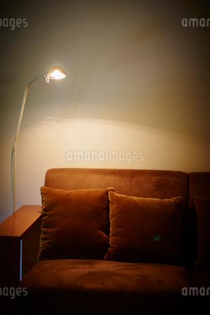 ソファと照明の写真素材 [FYI02057486]