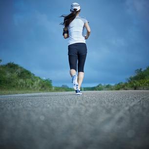 ランニングをするミドル女性の写真素材 [FYI02057511]