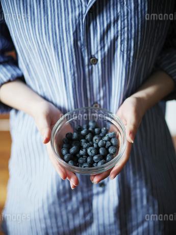 ブルーベリーが入った器を持つ女性の手元の写真素材 [FYI02057519]