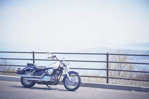 バイクと遠くに見える海の写真素材 [FYI02057525]