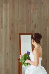 鏡の前に立つ花嫁の写真素材 [FYI02057529]