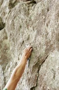 ロッククライミングをする男性の手の写真素材 [FYI02057533]
