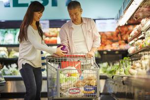 スーパーマーケットで買い物をする夫婦の写真素材 [FYI02057547]