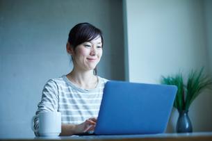 ノートパソコンを操作するミドル女性の写真素材 [FYI02057551]