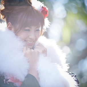 振袖姿の笑顔の女性の写真素材 [FYI02057559]