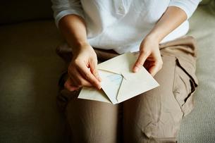 手紙を持つ女性の写真素材 [FYI02057572]