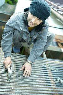 金槌を持った笑顔の男性の写真素材 [FYI02057580]