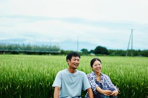 水田と笑顔の農家夫婦の写真素材 [FYI02057581]