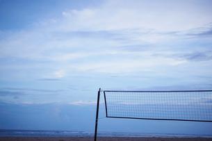 夕暮れの空とビーチバレーのネットの写真素材 [FYI02057593]