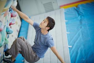 ボルダリングをする男性の写真素材 [FYI02057614]