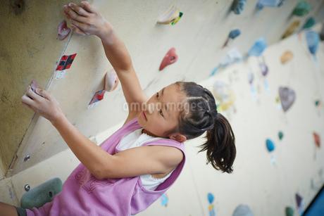 ボルダリングをする女の子の写真素材 [FYI02057620]