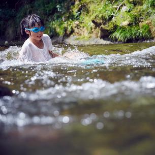 川遊びをする女の子の写真素材 [FYI02057632]