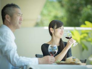 食事をするミドル夫婦の写真素材 [FYI02057635]