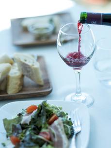 グラスに注ぐ赤ワインの写真素材 [FYI02057637]