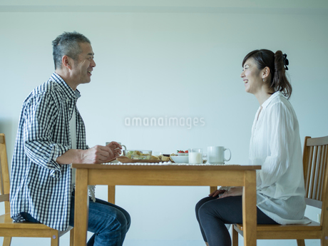 食事をするミドル夫婦の写真素材 [FYI02057639]