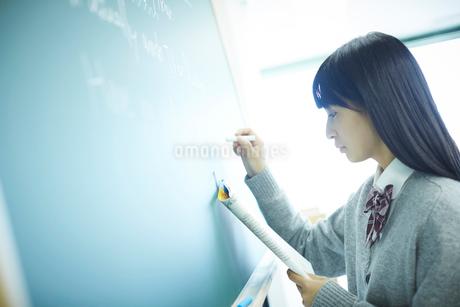 黒板に書く女子学生の写真素材 [FYI02057648]