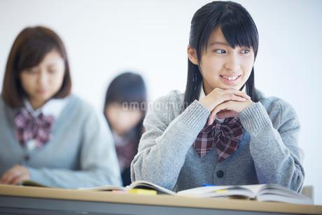 授業中の女子学生の写真素材 [FYI02057657]