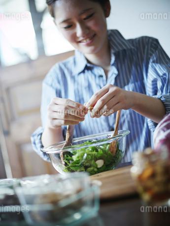 グリーンサラダを作る女性の写真素材 [FYI02057658]
