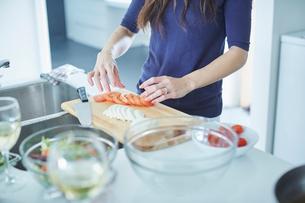 料理をするミドル女性の写真素材 [FYI02057662]