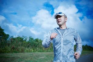 ランニングをするミドル男性の写真素材 [FYI02057664]