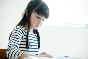 教室で勉強する小学生の女の子の写真素材 [FYI02057665]