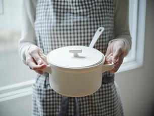 鍋を持つ女性の手元の写真素材 [FYI02057667]