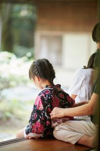 母親に浴衣の帯を直してもらう女の子の写真素材 [FYI02057668]