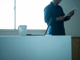 ホームオフィスで仕事をするシニア男性の写真素材 [FYI02057680]