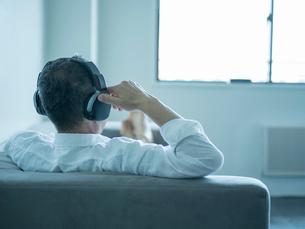 ヘッドフォンをつけたミドル男性の写真素材 [FYI02057683]