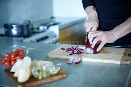 料理をするミドル男性の手元の写真素材 [FYI02057684]