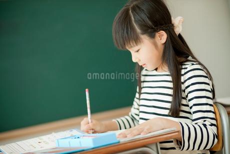 教室で勉強する小学生の女の子の写真素材 [FYI02057689]