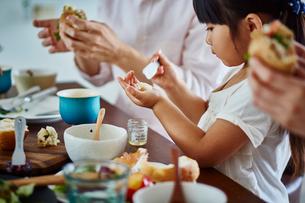 食事をするファミリーの写真素材 [FYI02057698]