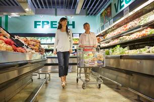 スーパーマーケットで買い物をする夫婦の写真素材 [FYI02057708]