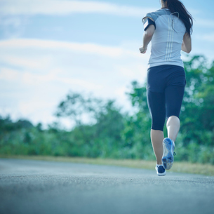 ランニングをするミドル女性の写真素材 [FYI02057712]