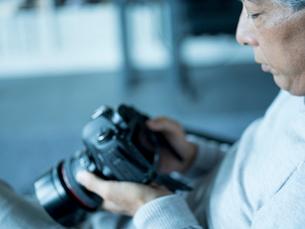 カメラを持つシニア男性の写真素材 [FYI02057723]
